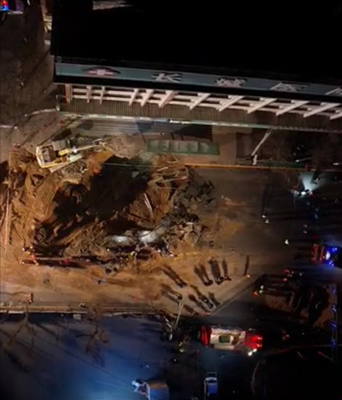 西宁地陷现场:救援人员下洞救援,洞中大量管道破裂