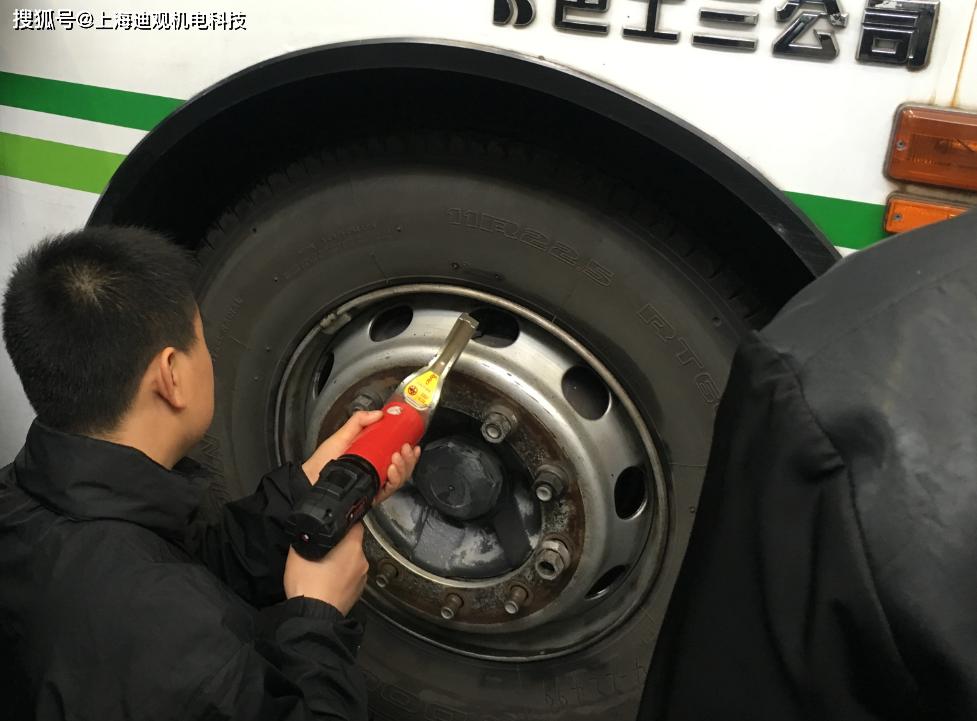 公交车轮胎定扭紧固