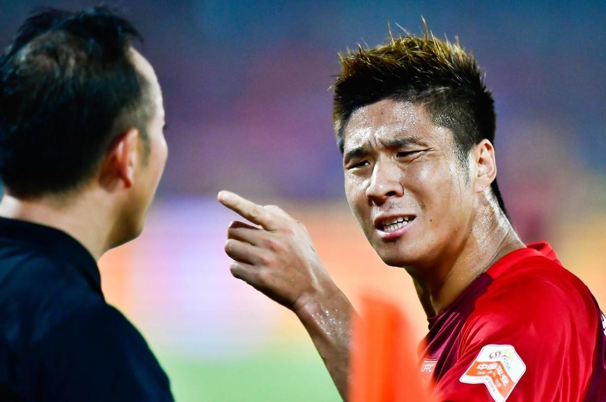 红牌罚下是什么意思 红牌罚下的球员可以踢点球吗?