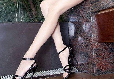 高雅迷人的高跟鞋,简约一字扣设计,彰显性感迷人的魅力