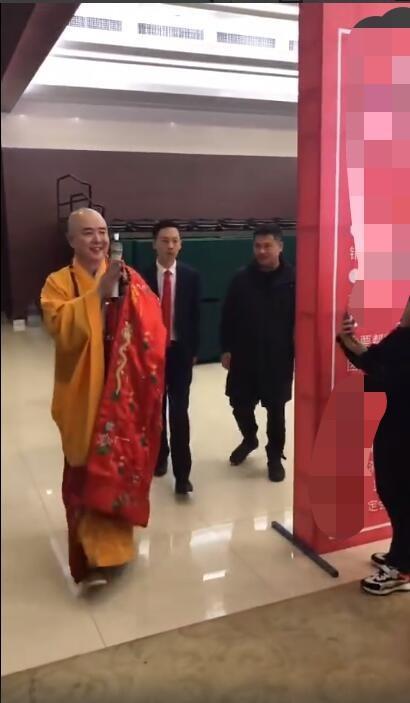 """62岁徐少华参加商演,扮成唐僧捞金被女粉丝乱摸""""吃豆腐"""""""