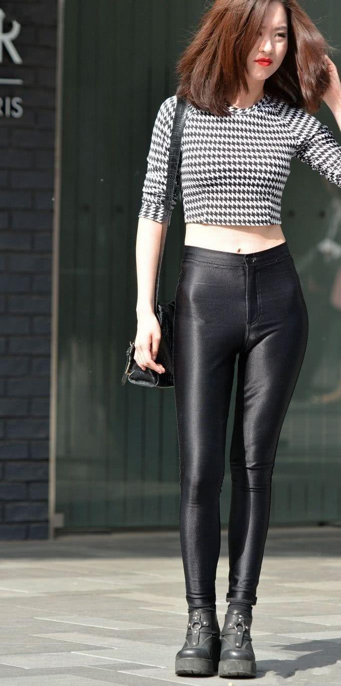 街拍: 气质黑色皮裤美女,你喜欢吗?