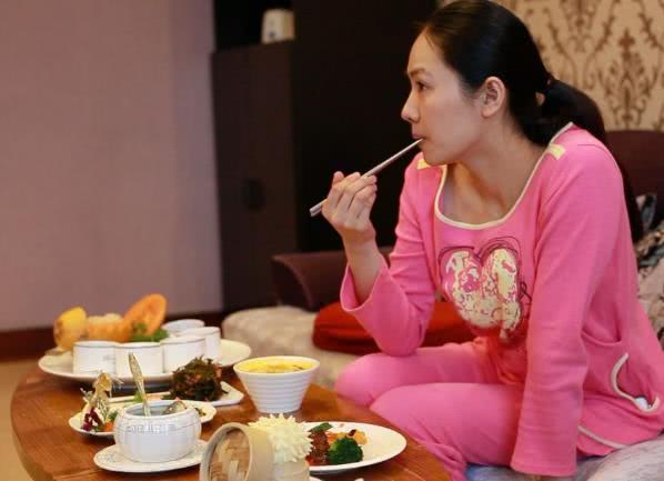 坐月子时,产妇吃公鸡好,还是母鸡好?很多老人都搞错了!