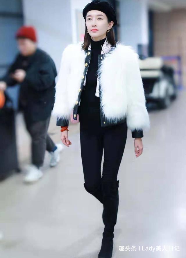 """江疏影真有""""贵妇""""气质,穿白色皮草配小黑裤,一双斩男腿太诱人"""
