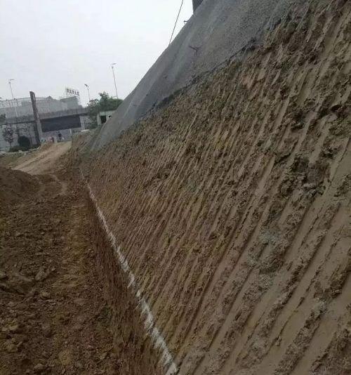 边坡成型   大型挖掘机根据基坑上下口线挖出边坡轮廓后,人工配合小型挖机修坡,同时坡度尺控制检查边坡坡度,检验坡度是否符合设计要求.