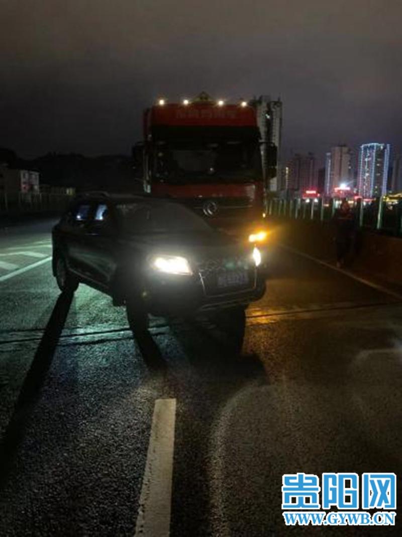 惊险!小车高速公路上调头,一辆载有32吨汽油的货车撞了过来