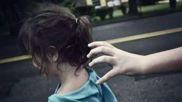 5岁孩子被人贩子拐走,3小时后找到,模样大变样后父母差点认不出