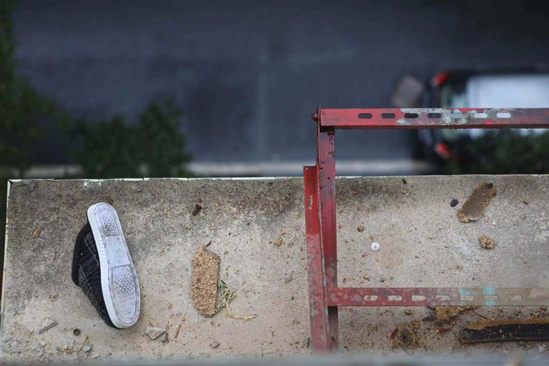 有裝的注意!女子踩「防盜鐵窗擦玻璃」竟墜樓身亡!兒子出來只見一隻鞋...網驚:要小心