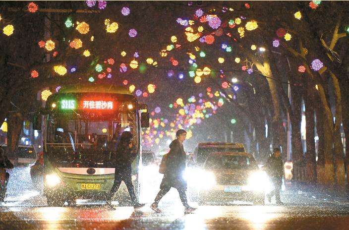 美!郑州街头张灯结彩迎新年!
