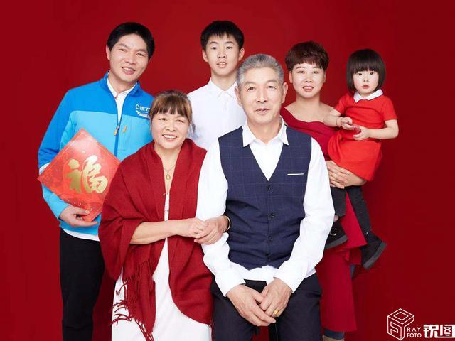 坚守者!杭漂外卖小哥春节不回家,接家人来城市过年首拍全家福
