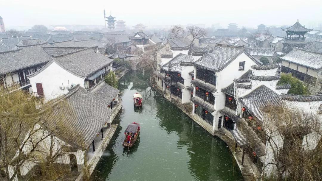 台儿庄古城:红墙白雪,良友佳人,在静谧的时光,听雪落......