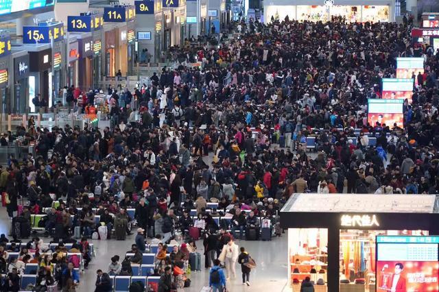 申晨间 | 春运来了,旅客都带什么回家:从上海带草莓给女儿,没赚钱的大学生省下生活费买礼物给老人
