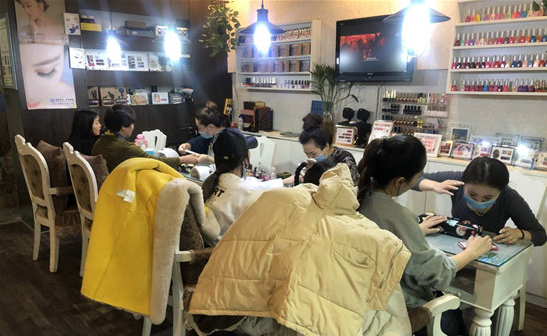 """济宁美甲行业开启""""春节模式"""",店员常忙到凌晨"""