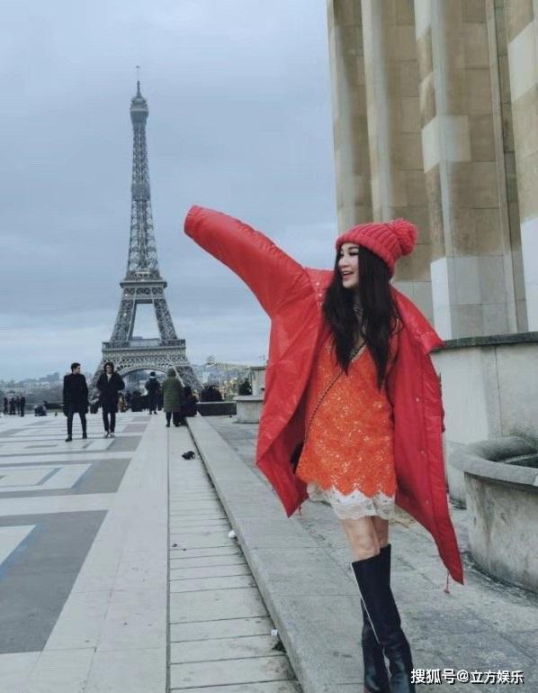 女神温碧霞晒法国游玩照,红色穿搭减龄却难掩面部苍老