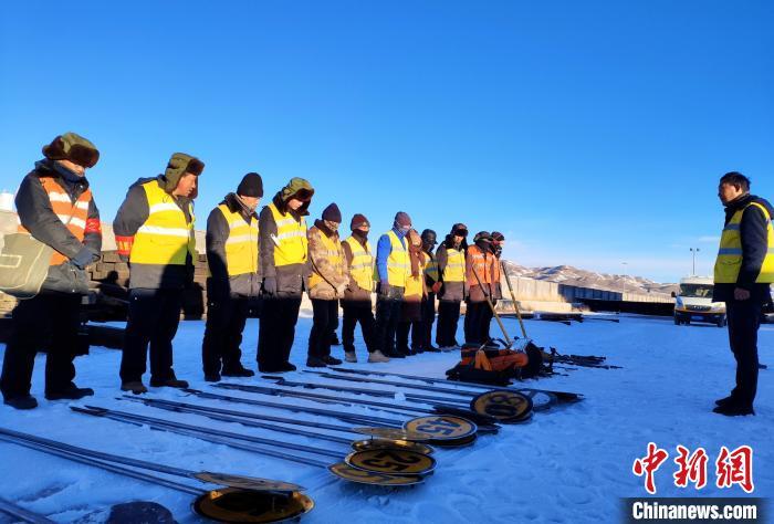 """西藏""""北大门""""铁路养护职工在高原冰天雪地守""""天路"""""""