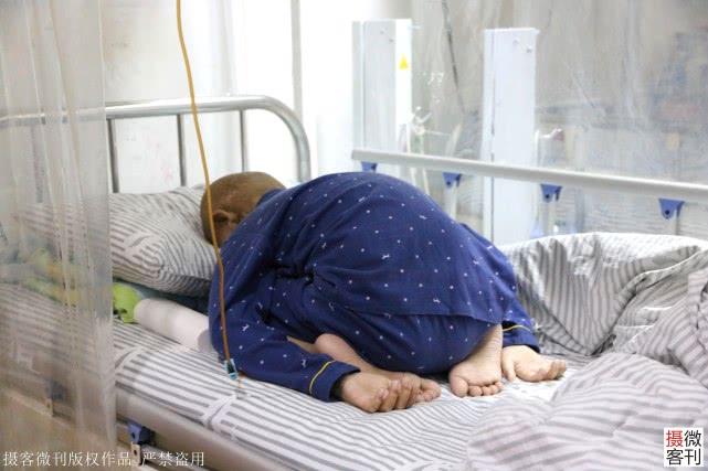 10岁男孩抗击血癌4年父母倾家荡产,病床下跪:妈妈对不起,都怪我