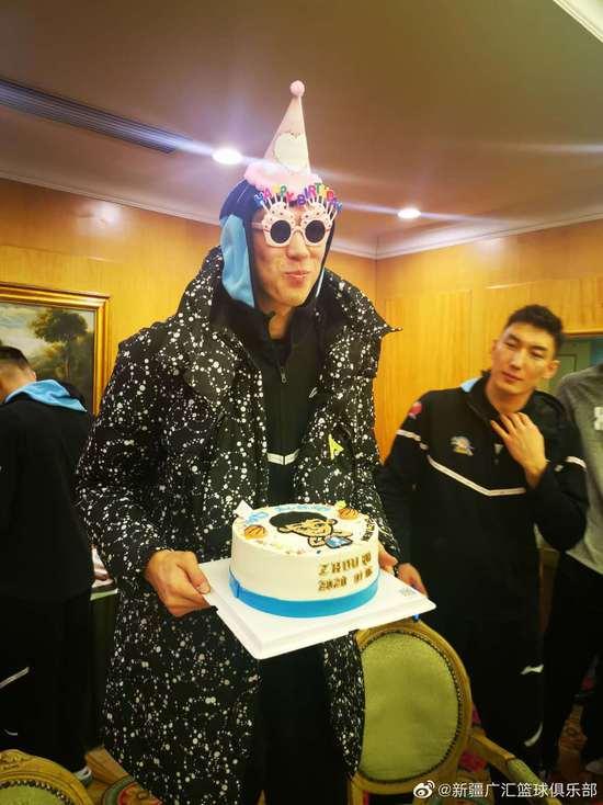 队友为周琦庆祝生日 新疆:祝大魔王不断超越自我
