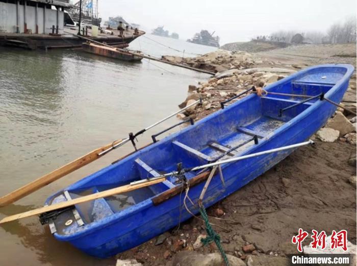 """湖北江陵县一艘""""三无""""塑料船翻沉 5人下落不明"""