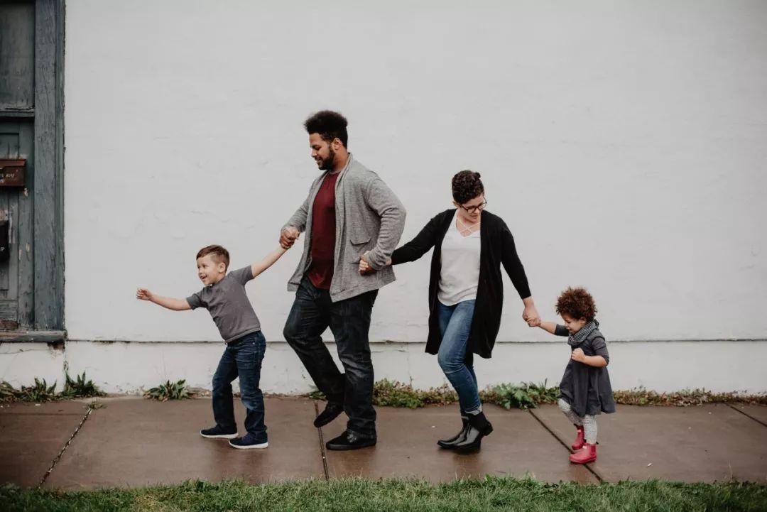 """""""全家每个月生活费3000给孩子买1000的鞋"""":家里甚么条件,就怎样养孩子!"""