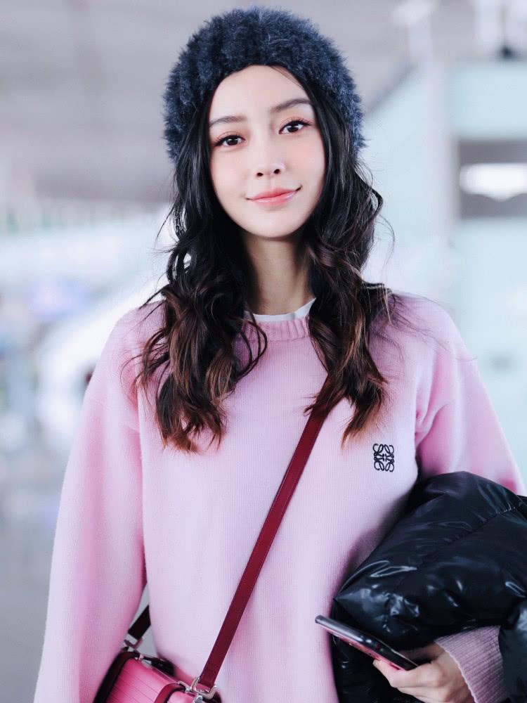 Angelababy到达上海,粉色毛衣搭配毛绒帽,19500单肩包亮了