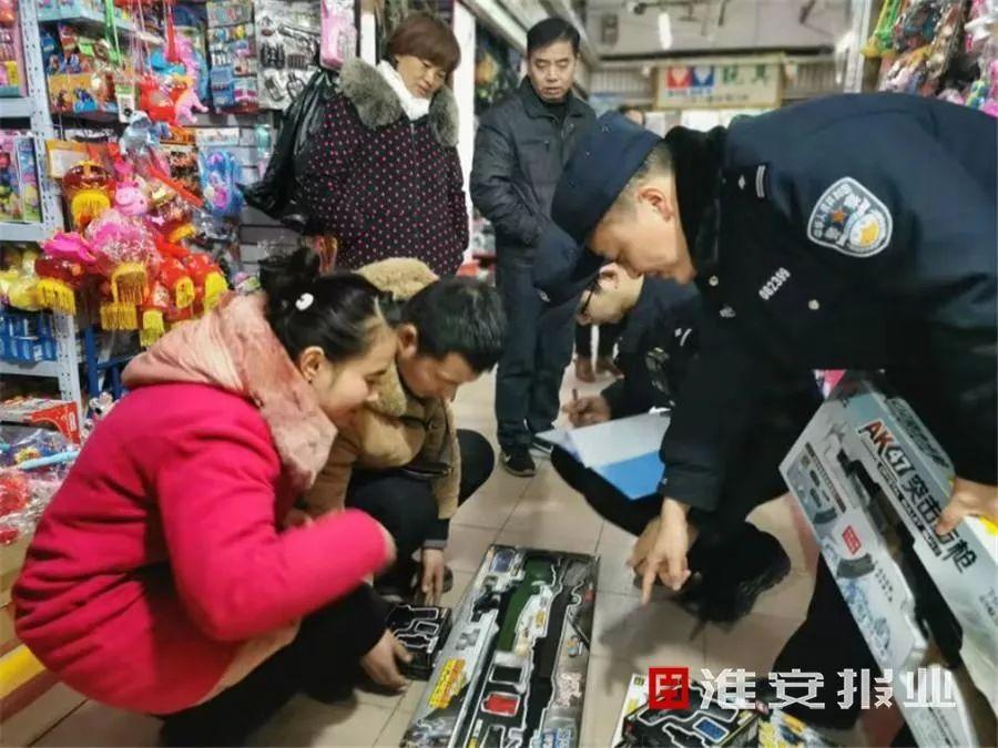 <b>4名店主因贩卖仿真枪被行拘,一直以为卖的是玩具枪</b>