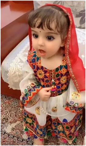 5岁新疆小女孩模样酷似芭比娃娃,大眼占半张脸,全网走红