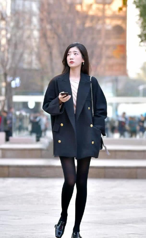 人好看穿什么都好看,西装配黑丝袜,也能穿出这种效果!