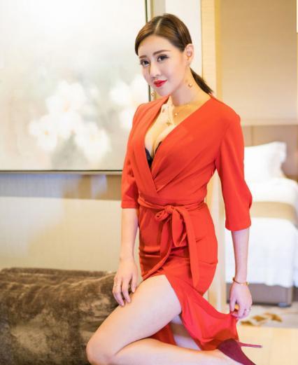 街拍:身材高挑的小姐姐,一身红裙子的穿搭,尽显时尚魅力