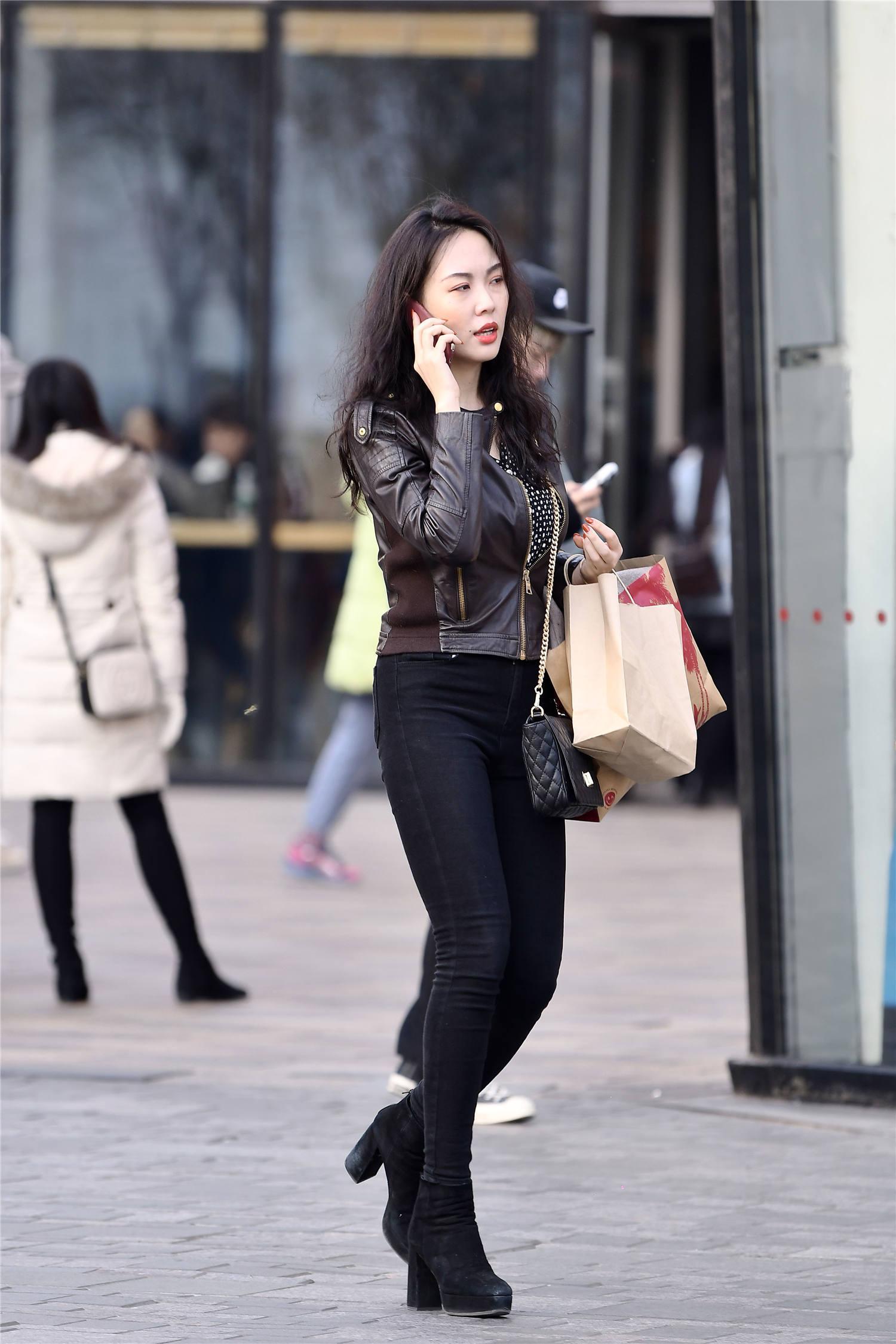 黑色紧身牛仔裤,身材微胖的姑娘穿着更有型,短款皮夹克更显气质_效果