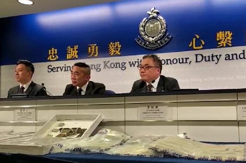 香港警方拘捕一名27岁男子 搜出一把半自动手枪及92发子弹