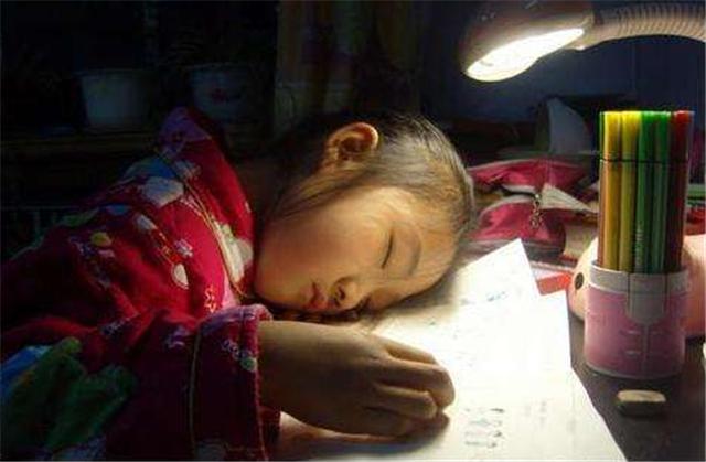 孩子晚上几点睡,决定孩子成绩好坏!家长不要再让孩子熬夜啦