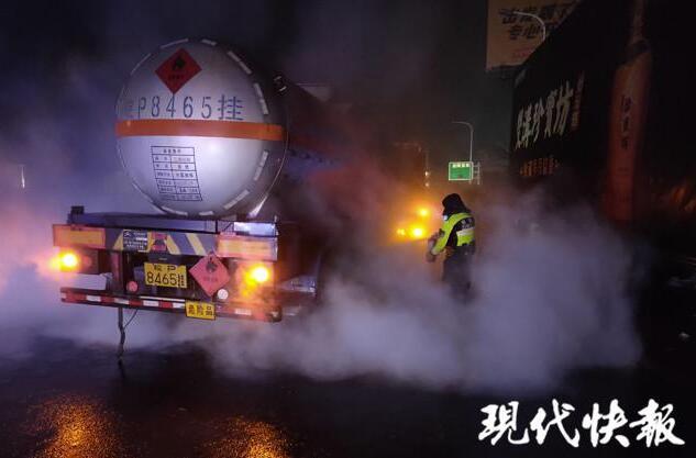 险!货车装载23吨危化品,进入收费站后突然冒烟