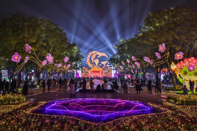首届天府芙蓉园国际灯彩节开幕 殿堂级光影艺术闪耀成都
