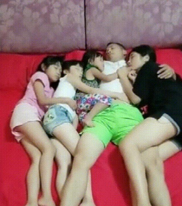"""父女四人睡在一起,算不算""""亲情越界""""?网友:这父爱太出格"""
