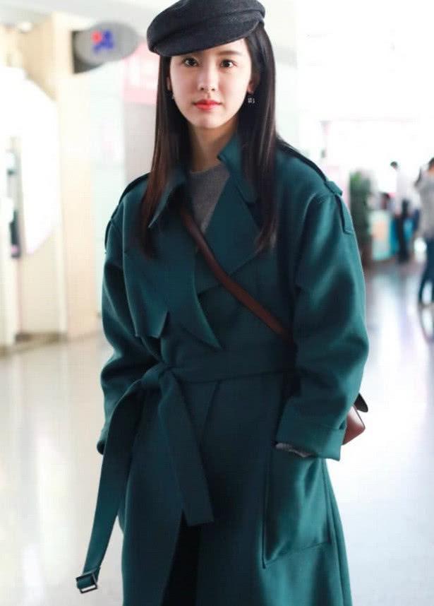 陈都灵现身机场,浓妆艳抹女人味爆棚,如今衣品更是直线上升