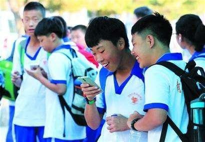 当代中国父母还在纵容孩子玩手机时,国外却公布了这么一条消息