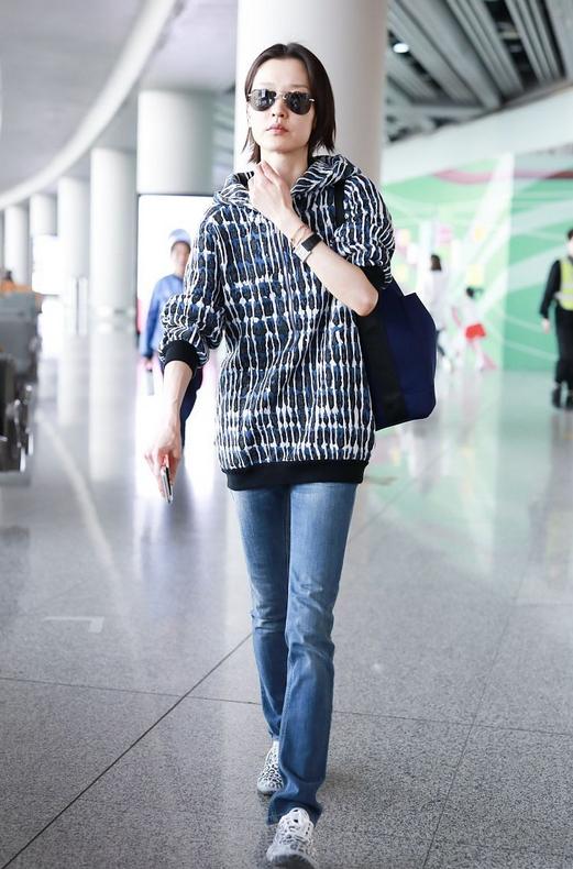杜鹃机场造型又火了!毛绒外套配运动裤温暖时髦,奶奶镜更显高级