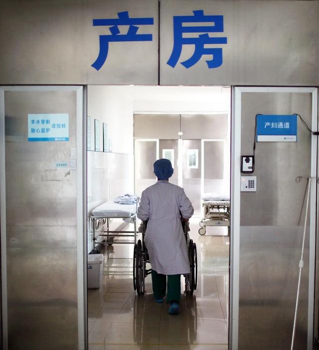 28岁孕妈生产,来了14个家人陪产,孩子顺利出生后护士才明白情况