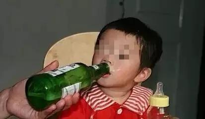 孩子被哄逗喝酒酿悲剧!春节,别以爱的名义伤害孩子