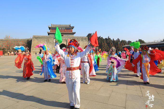 山海关古城年博会,这里有众多民俗活动,还有真人不倒翁