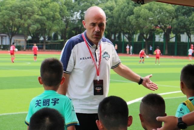 【青训外教:中国父母教练喜欢施压,孩子踢球不快乐】