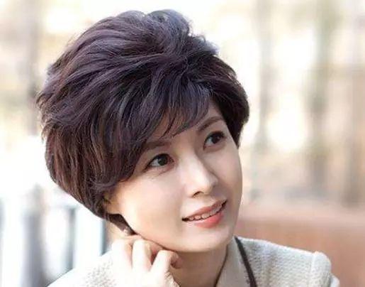 """50岁女性不想老气?别留直发!新年换上3种""""冻龄卷"""",精致洋气"""