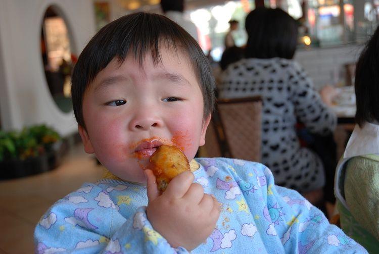 【快过年了,3种食物家长要替孩子拒绝,谁喂也不能给娃吃】