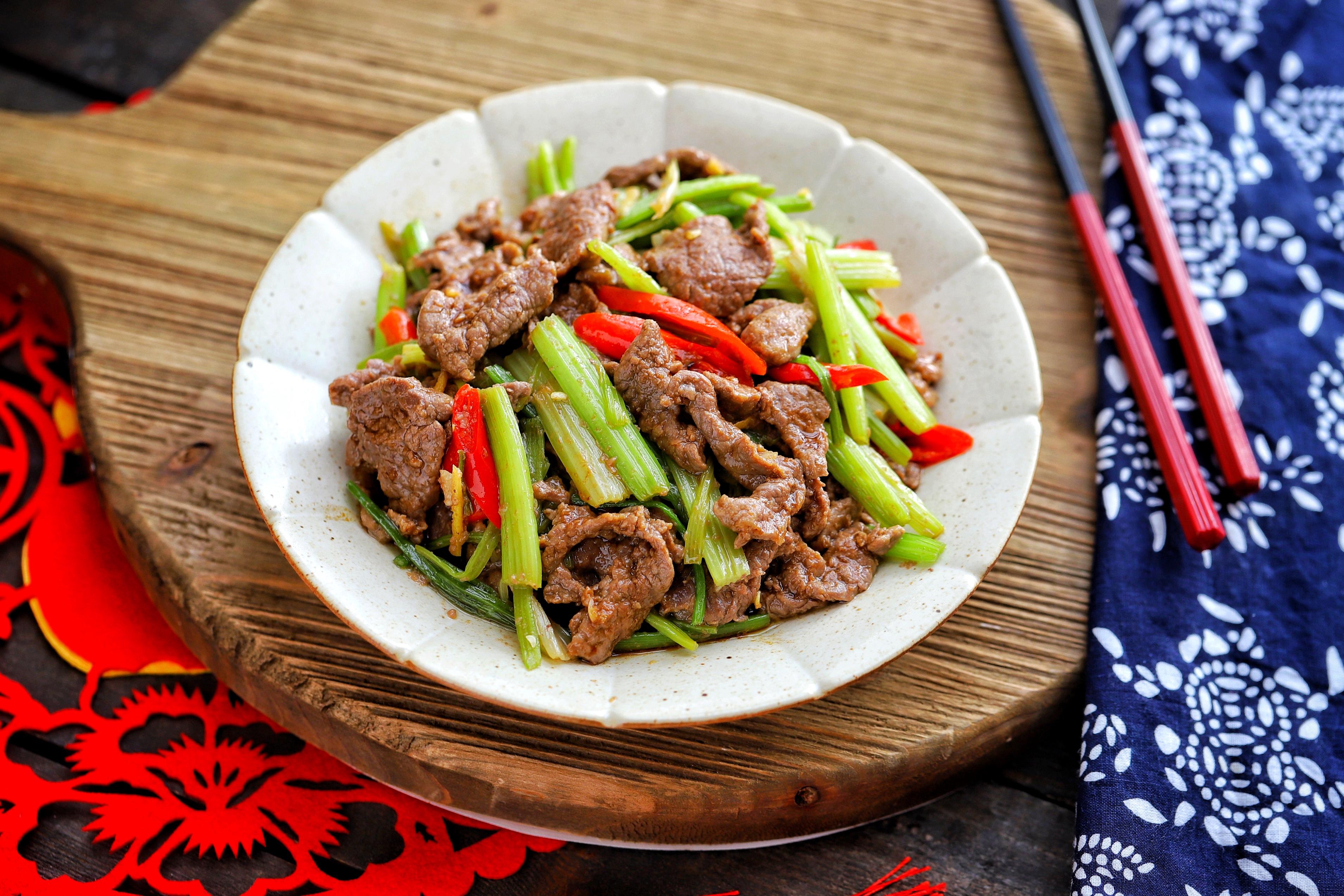 【芹菜炒牛肉,掌握这2个窍门,芹菜爽脆,牛肉嫩滑,比饭店的好吃】