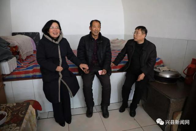 兴县统战部部长宋兴丽节前慰问老党员