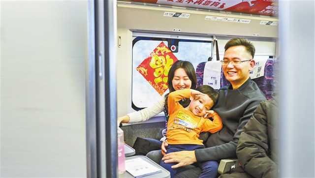 重庆开专列接老乡回家 集中为1600余名在粤渝籍青年提供返乡绿色通道