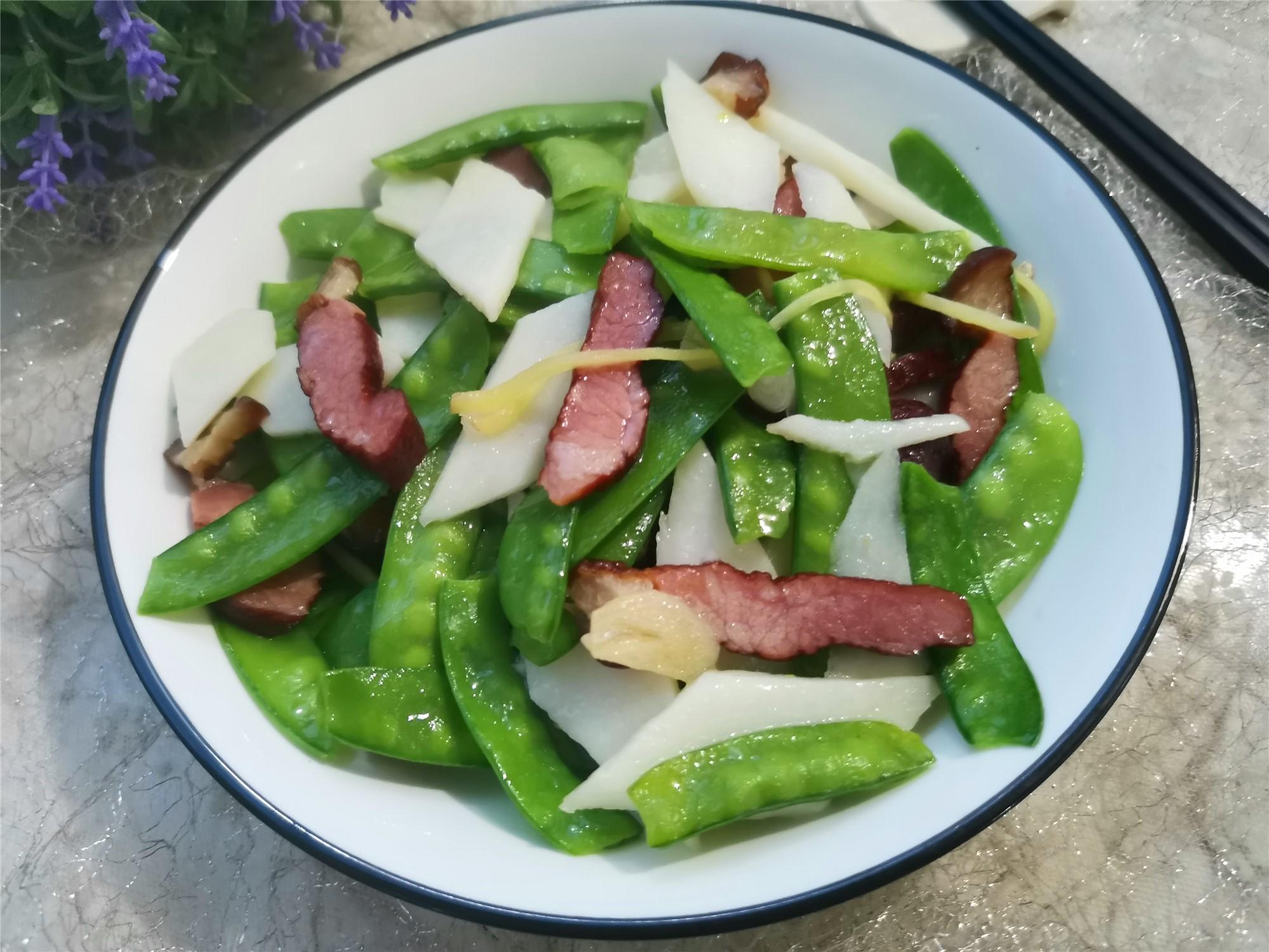 【腊肉别总蒸着吃,这样简单炒一炒,荤素搭配味更美,适合春节家宴】