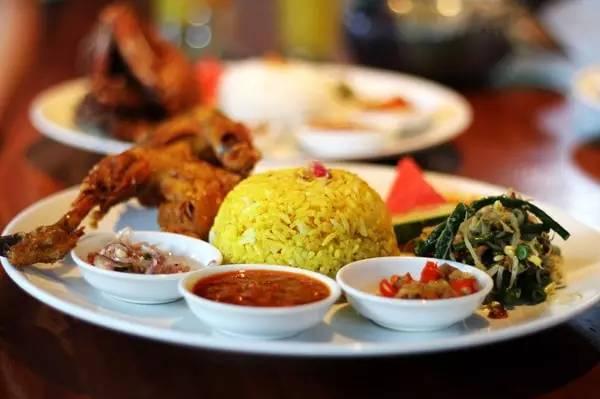 """巴厘岛美食 """"秘汁""""脏鸭餐和巴厘特色海鲜烧烤:"""