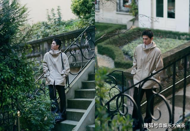 杨洋这一身置身于花园,漫步绿意之间悠闲又雅致,太清爽养眼了