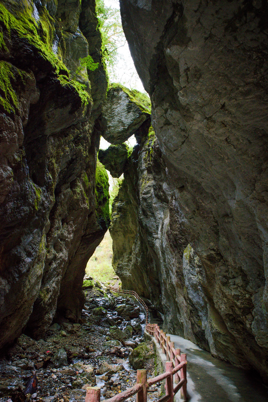 原创             甘肃这处景观低调得令人心疼,峡谷风光独特,可媲美九寨沟之景!